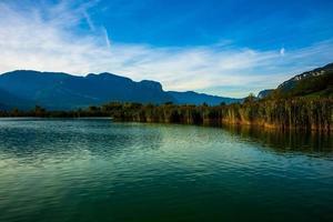 Matin au lac Caldaro à Bolzano, Italie photo
