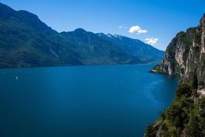 le lac de garde et les montagnes du trentino alto adige photo