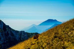 ciel bleu et brouillard dans les montagnes autour du lac de garde photo