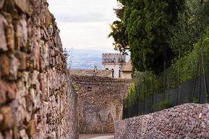 Allée entre les murs à Assise en Italie photo