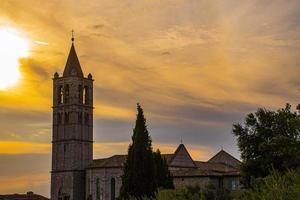 st. Église de Chiara à Assise, Ombrie, Italie au crépuscule avec des nuages photo