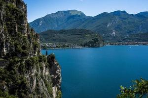lac de garde en italie photo