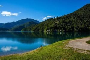 Lac de Ledro dans les Alpes à Trente, Italie photo