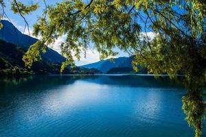 Lac de Ledro sur une journée d'été ensoleillée près de Trente, Italie photo