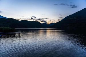 Coucher du soleil sur le lac Levico, Trento, Italie photo