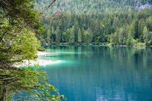 Le lac alpin de tovel dans le val di non, trento, italie photo