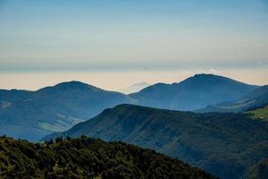 les sommets des alpes autour du lac de garde photo