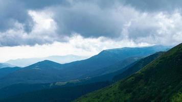 Panorama des montagnes des Carpates de collines verdoyantes en montagne d'été photo