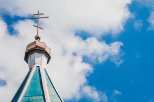toit bleu de l'église avec une croix jaune photo