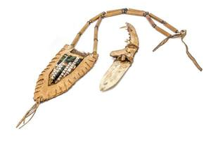 couteau indien en os avec un manche en os de renard dans un carquois de cuir brut décoré photo