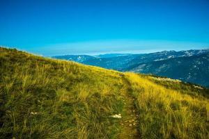 Chemin parmi les pâturages sur le monte altissimo près du lac de garde, trento, italie photo