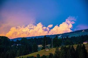 nuages orange sur le plateau d'Asiago photo