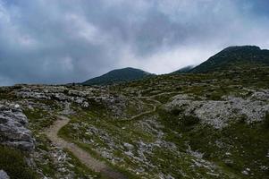 Chemin muletier dans les montagnes ortigra dans l'Asiago Altipiano photo