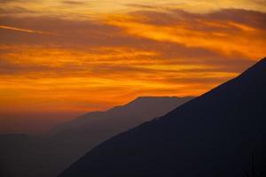 coucher de soleil passionnant dans les pré-alpes de vicenza photo