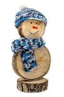 Bonhomme de neige en bois fait à la main avec bonnet et écharpe au crochet isolated on white photo