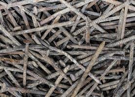 Vieux clous gris rouillés de remplissage de cadre uniformément distribués photo