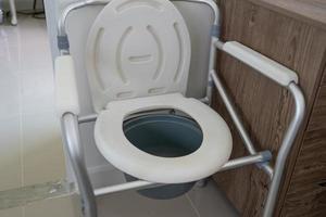 chaise d'aisance ou toilettes mobiles peuvent se déplacer dans la chambre ou partout pour les personnes âgées âgées handicapées ou les patients à l'hôpital en bonne santé concept médical fort photo