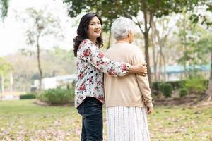 Asiatique senior ou âgée vieille dame patiente en fauteuil roulant dans le parc photo
