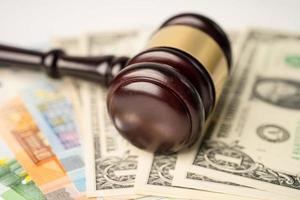 Marteau pour avocat juge et dollar américain avec des billets en euros photo