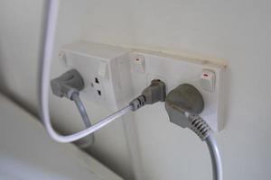 Prise électrique du câble d'alimentation sur le mur à la maison photo