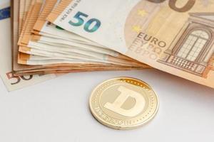 Pièce de monnaie dogecoin et billets en euros blockchain argent contre concept de monnaie fiduciaire photo