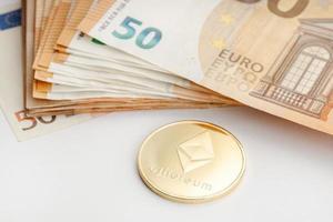 Pièce d'Ethereum et billets en euros blockchain argent contre concept de monnaie fiduciaire photo