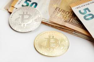 Pièces de monnaie Bitcoin et billets en euros crypto-monnaie par rapport au concept de monnaie fiduciaire photo