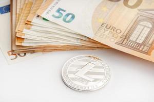 Pièce de monnaie litecoin et billets en euros blockchain argent contre concept de monnaie fiduciaire photo