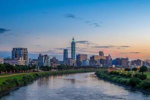ville de taipei au bord de la rivière photo