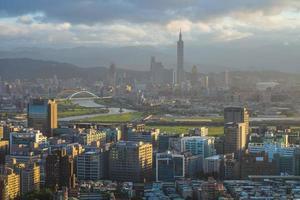 Paysage de la ville de Taipei à Taiwan au crépuscule photo