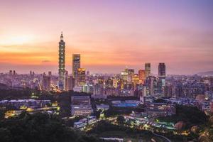 Paysage urbain de la ville de taipei à taïwan la nuit photo