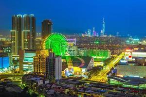 Toits de la ville de taipei la nuit avec grande roue photo