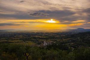 Basilique de San Francesco à Assise avec un magnifique coucher de soleil photo
