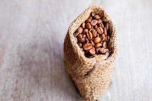 grains de café torréfiés dans un sac brun photo