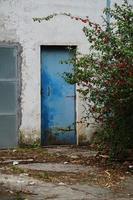 porte sur la façade blanche du bâtiment photo
