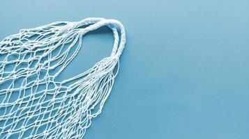 Sac écologique en coton string blanc sur fond bleu monochrome plat simple poser avec espace copie concept zéro déchet écologie Banque de Photo