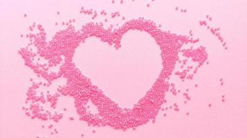 Main Rose Coeur De Perles Sur Fond De Texture Pastel Plat Poser Avec Espace De Copie Photo