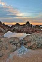 belle et calme piscine naturelle au coucher du soleil photo