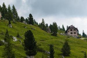 maison alpine dans les dolomites photo