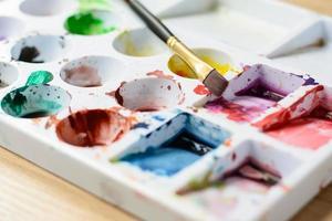 Bouchent la palette avec la couleur et le pinceau photo