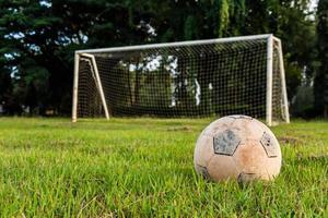Vieux football sur pelouse à l'école rurale photo