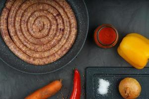 saucisse de porc crue avec des ingrédients photo