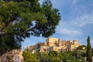 Vue de l'acropole d'Athènes en Grèce à partir d'une colline rocheuse à travers le rocher de l'acropole photo