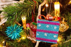 arbre de noël avec un coffret cadeau en vue photo