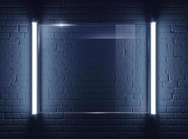 Plaque de verre illuminée sur mur de briques photo