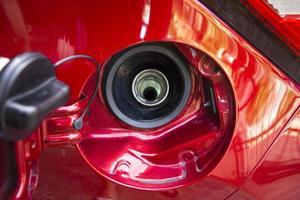 le bouchon du réservoir de carburant de la voiture rouge est ouvert photo