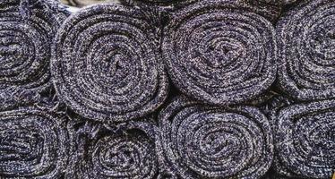 Gros plan sur de nombreux rouleaux de tapis d'empilage photo