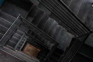 Cage d'escalier carrée en acier vue du haut photo