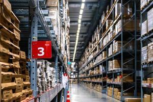 Rack numéro 3 dans l'allée de l'entrepôt dans un magasin Ikea photo