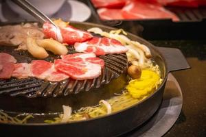 Porc à la façon d'un barbecue sur la lèchefrite coréenne photo